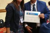 Dra. Andrea Vaucher (Presidente de la Sociedad de Medicina Interna del Uruguay: SMIU) le hace entrega al Dr. Eduardo Penny su certificado como Miembro Correspondiente Extranjero de la SMIU